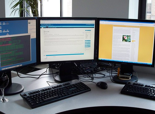 オフィスに並ぶパソコン